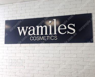 Рекламная вывеска с объемными буквами