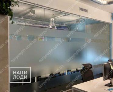 Оклейка переговорной комнаты матовой пленкой