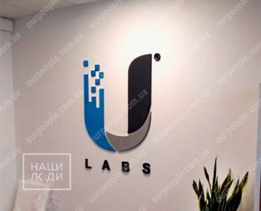 Объемные буквы и логотип в фойе