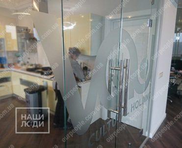 Нанесение логотипа на стекла перегородок, тонировка перегородок