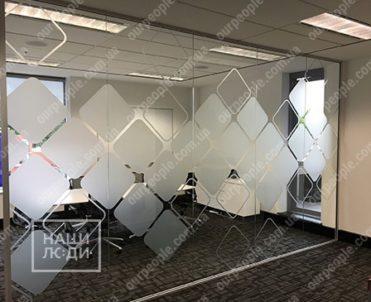 Тонировка офисных перегородок фигурами из матовой пленки
