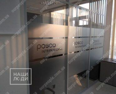 Тонировка стеклянных перегородок с вырезкой логотипов