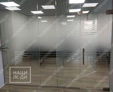 Поклейка пленки на стекла полосами
