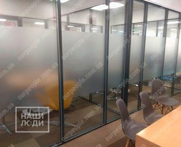 Тонировка зоны отдыха офиса матовой пленкой
