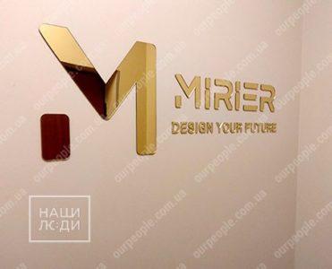 Логотип из золотого зеркального акрила