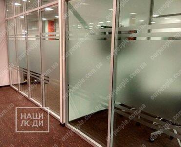 Оклейка офисных перегородок, полосы на стекла офиса