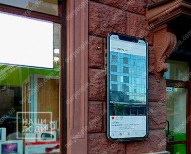 Объемный iPhone с зеркальным экраном для магазина Big Mag