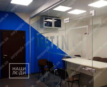 Нанесение логотипа на стеклянные перегородки
