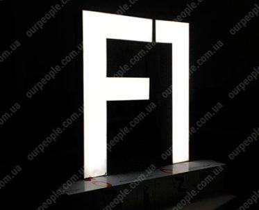 Объемные буквы на подиуме