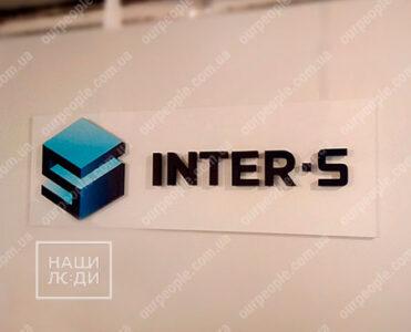 Объемный логотип на белой основе с подсветкой
