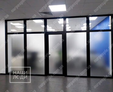Оклейка офисных перегородок, матовая пленка на стекла