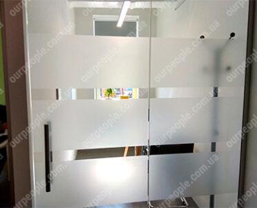 Обклеювання матовою плівкою стекол в офісі