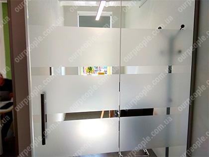 Оклейка матовой пленкой стекол в офисе