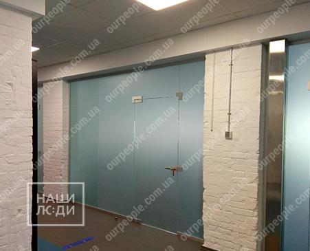 Оклейка переговорної кімнати матовою плівкою сатин
