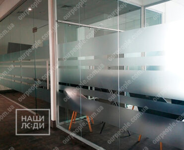Оформление переговорных комнат матовыми полосами