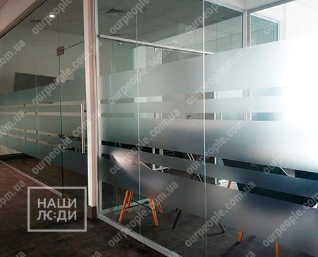 Оформлення переговорних кімнат матовими смугами